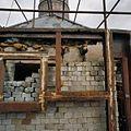 Overblijfselen metselwerk met op de achtergrond- schoorsteen - Midwolda - 20378733 - RCE.jpg