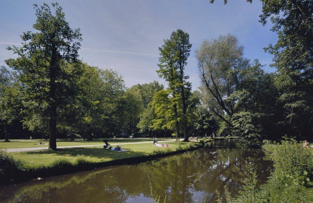 Parc du Vondelpark à Amsterdam en juin. Photo de Hoogewoud, R.