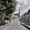Overzicht van het straatbeeld met zicht op de noordwestgevel van de kerktoren - Lexmond - 20382258 - RCE.jpg