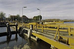 Vlotbrug - Image: Overzicht vlotbrug; de houten vlotdelen zijn vervangen door pontons Koedijk 20396713 RCE