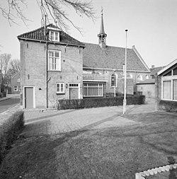 Overzicht zuidwestgevel met aangebouwde pastorie - Waalwijk - 20346974 - RCE.jpg
