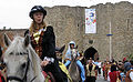 Péronne (13 septembre 2009) cavalières devant château 12a.jpg