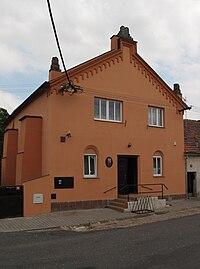 Přistoupim, bývalá synagoga dnes obecní úřad čelně.JPG