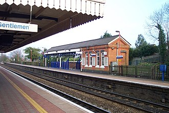 Pangbourne railway station - Platforms; note fast lines passing behind platform 1