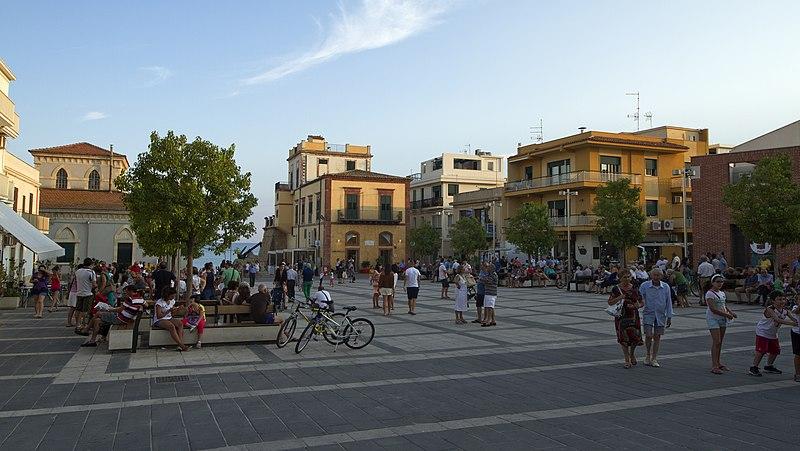 File:Piazza Duca degli Abruzzi, Marina di Ragusa, Ragusa, Sicily, Italy - panoramio (1).jpg