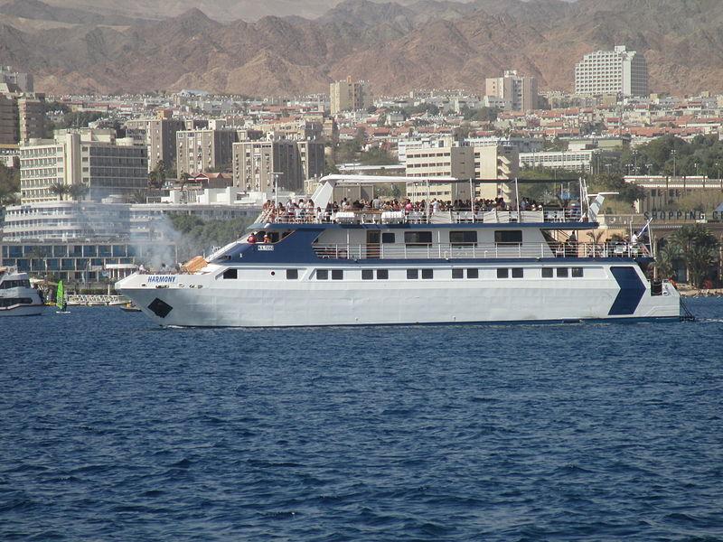 ספינת תיירים במפרץ אילת