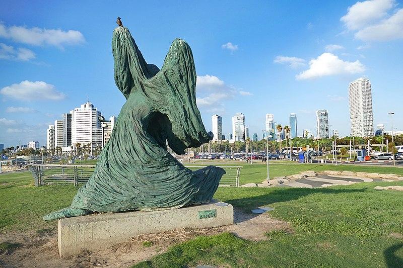 פסל של אילנה גור