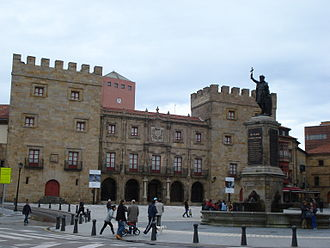 Cimavilla - Plaza del Marqués, with the Revillagigedo palace and the Statue of Pelagius.