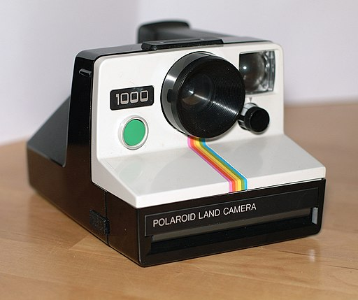 Photograph of a Polaroid Land Camera 1000 by Chris Lüders (shared via Wikimedia Commons)
