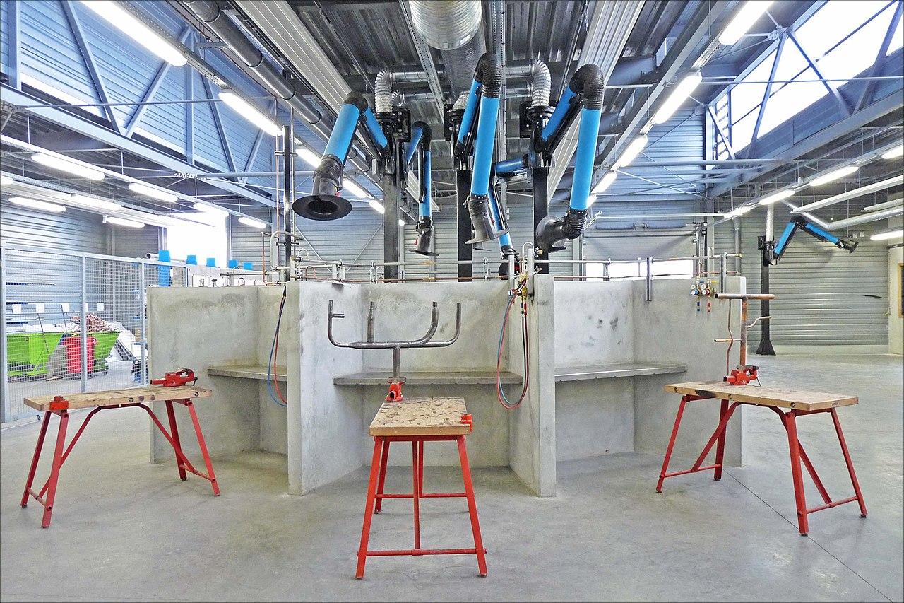 Fichier:Poste de travail moderne section plomberie en CFA ...