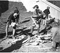Potem, ko so škatle in zaboji razbiti, trske zlagajo na kup za naslednje jutro, ko bodo na veliko soboto zakurili ogenj, ki ga bo duhovnik blagoslovil 1940.jpg