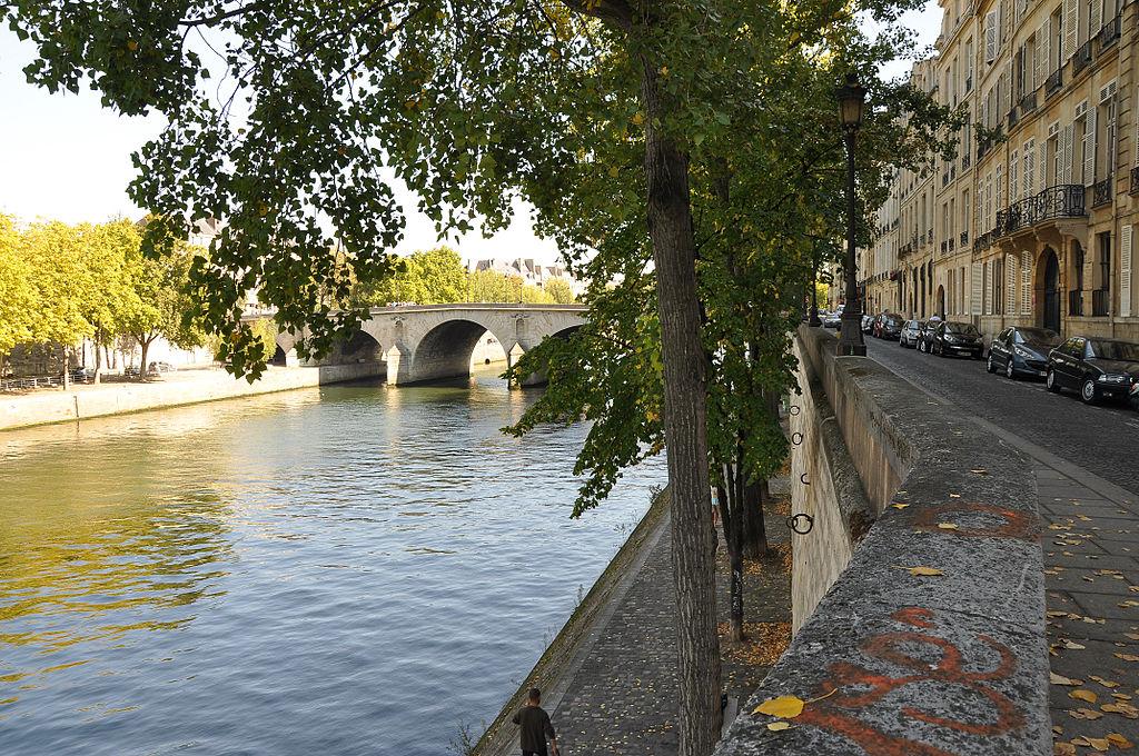 File:Quai de Bourbon Paris 4e 001.JPG - Wikimedia Commons