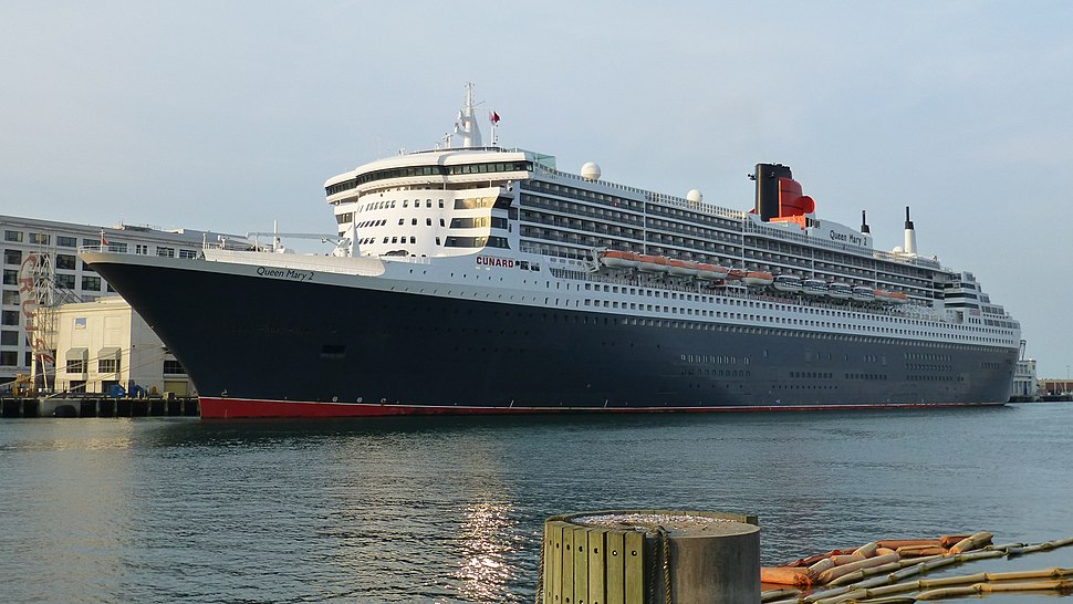 Queen Mary 2 Boston July 2015 01 (cropped)