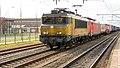 Railion 1621 (Deventer) trekt vracht door Zevenaar (8554944967).jpg