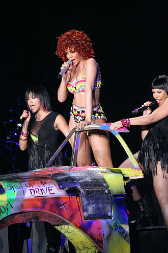 """Loud Tour - Rihanna performing """"Shut Up and Drive"""" in Minneapolis"""