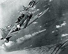 СБД-3 Бесстрашные бомбардировщики VS-8 над горящим японским крейсером Mikuma 6 июня 1942 года. Jpg