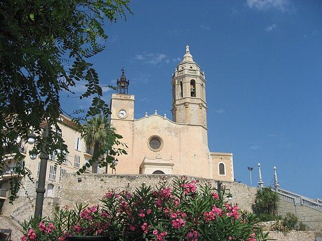 https://upload.wikimedia.org/wikipedia/commons/thumb/b/b3/Sant_Bartomeu_i_Santa_Tecla_church_Sitges.jpg/640px-Sant_Bartomeu_i_Santa_Tecla_church_Sitges.jpg