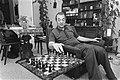 Schaker Viktor Kortsjnoi te Westzaan, thuis bij de heer Mooij achter schaakbord, Bestanddeelnr 928-7303.jpg