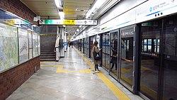 Seoul-metro-428-Samgakji-station-platform-20181126-153424.jpg