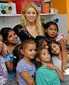 Shakira e crianças.jpg