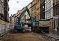 Smíchov, Plzeňská, rekonstrukce TT, od Tomáškovy ulice nahoru (01b), nakládání.jpg