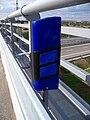 Směrový sloupek modrý na mostě.jpg