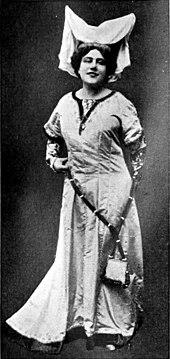 Актриса в вычурном головном уборе и крестьянском костюме.