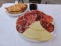 Tabla de embutidos y queso, chato de vino y bocadillo de jamón.jpg