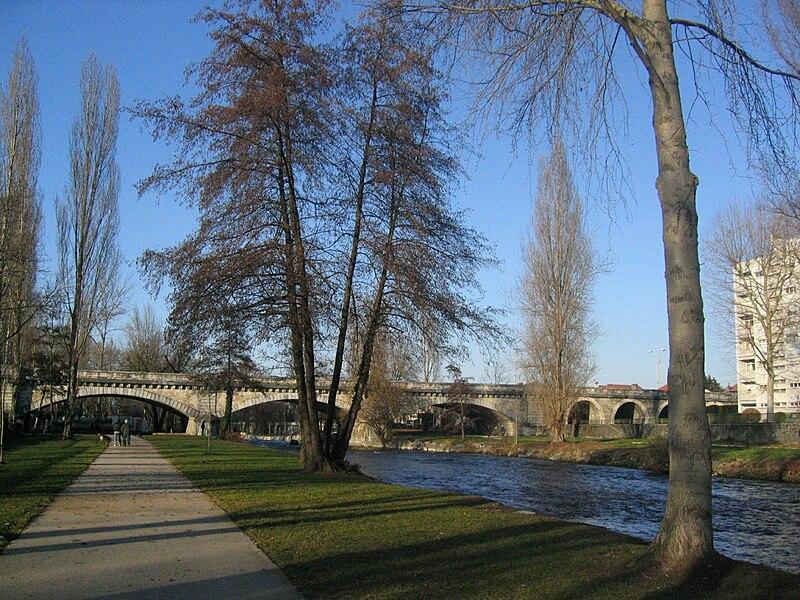 Au bas de la résidence des rives de l'Adour à Tarbes, le fleuve qui cheminera jusqu'à Bayonne a encore bien du temps devant lui.