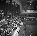 Toeschouwers bij de Deense kampioenschappen in de zwemhal van Frederiksberg in K, Bestanddeelnr 252-9249.jpg