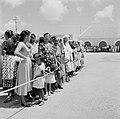 Toeschouwers bij de aankomst van het koninklijk paar op het vliegveld van Bonair, Bestanddeelnr 252-3839.jpg