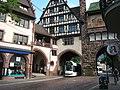 Tram door poort in Freiburg.jpg