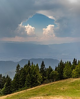 Slika:Trees and clouds with a hole, Karawanks, Slovenia.jpg