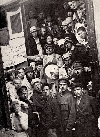 UNOVIS - A photo of UNOVIS members, with Malevich in the center