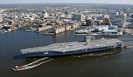 De USS Harry Truman arriveert in Norfolk