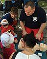 Uczniowie Collegium Medicum uczą pierwszej pomocy na pikniku saskiej kępy.jpg