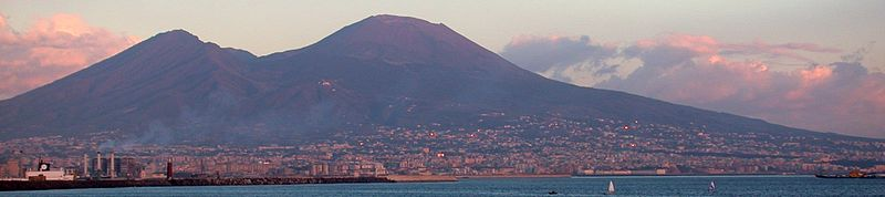 Ο Βεζούβιος όπως φαίνεται από την Νάπολη στο ηλιοβασίλεμα