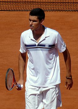 Victor Hănescu at the 2009 French Open 4.jpg