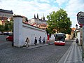 Vlašská, autobus u nemocnice a Pražský hrad.jpg