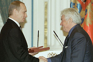 Vladimir Voinovich - Russian President Vladimir Putin presents Voinovich with the State Prize of the Russian Federation on 12 June 2001