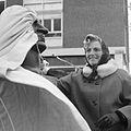Weduwe van Willem Kraan onthult het beeld De Antifascist (1966).jpg