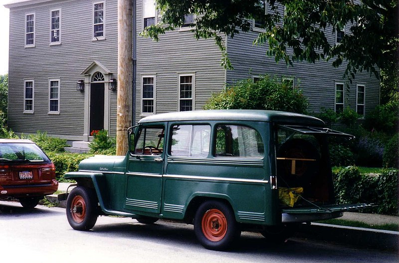 Ficheiro:Willys Jeep Wagon green in yard maintenance use.jpg