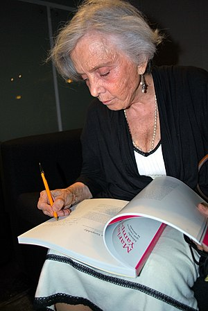 Elena Poniatowska - Poniatowska signing book on Mariana Yampolsky at the Museo de Arte Popular in 2012