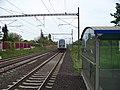 Zastávka Praha-Dolní Počernice, odjíždějící vlak.jpg
