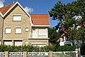 """""""Toi et Moi"""", gekoppelde villa in cottagestijl, Poststraat 11, Duinbergen (Knokke-Heist).JPG"""