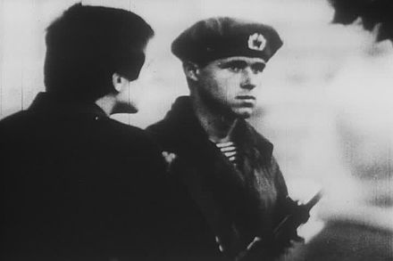 A Prague resident tries to talk with a Soviet soldier. (Srpen68)Obyvatel Prahy se pokousi diskutovat.jpg