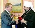 Митрополит Мефодій нагороджує Президента Леоніда Кучму орденом Андрія Первознанного.jpg