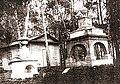 Надгробие Расторгуева и Харитонова. На заднем плане кладбищенская деревянная часовня. Фото начало 20 века.jpg