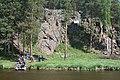 Сорочьи скалы вид с другого берега реки.jpg