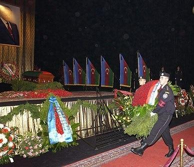 Церемония прощания с Гейдаром Алиевым. Возложение венка